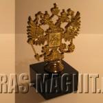 статуэтка герб России на каменном постаменте,